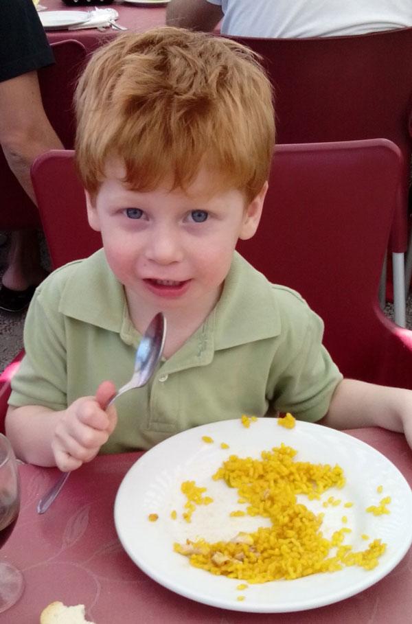 comiendo paella
